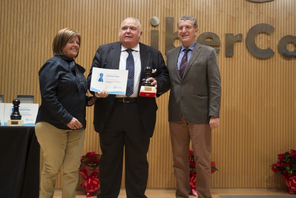 José Ignacio Alfaro, presidente del Banco de Alimentos recoge el premio.